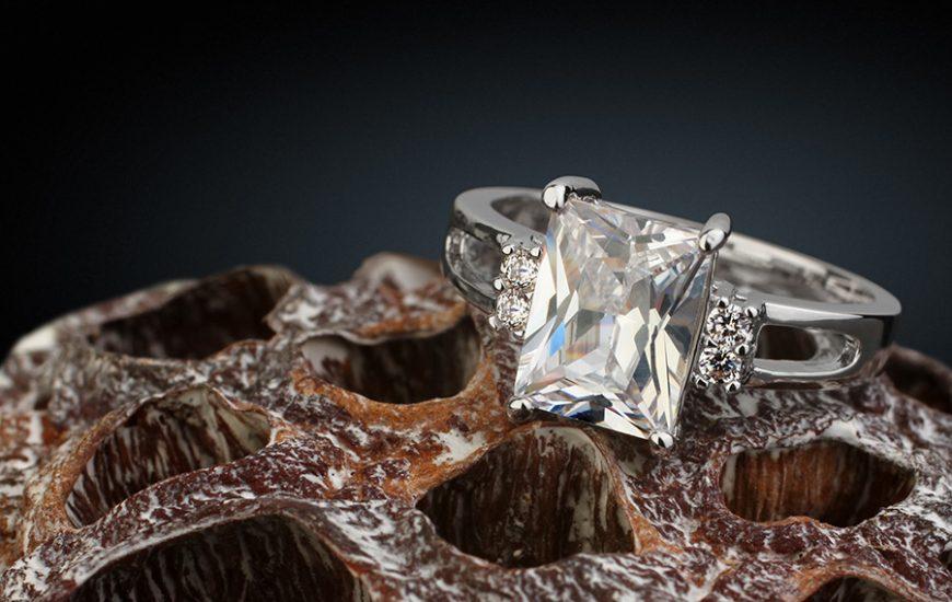 Bague-en-diamant-carré